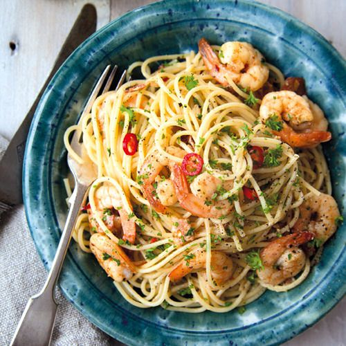 spaghetti met bacon en garnalen van annabel langbein - recept