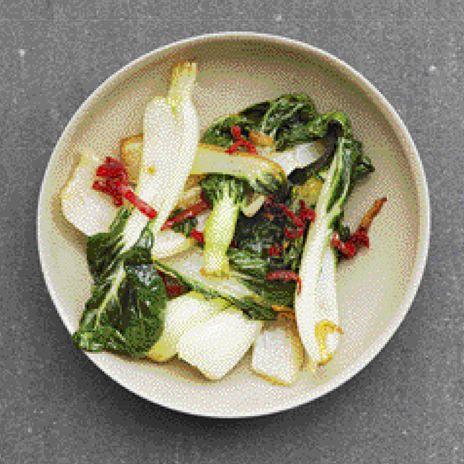 roergebakken paksoi met rode peper, gember en knoflook - recept