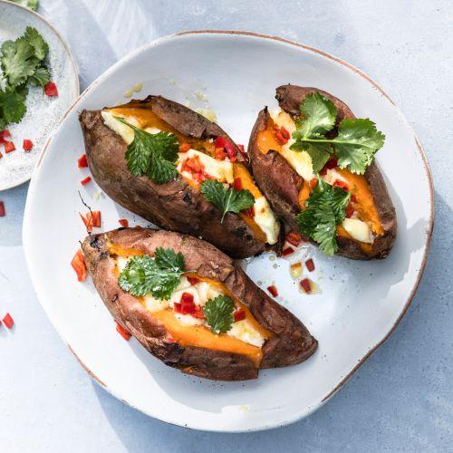 zoete aardappel met mozzarella, chilipeper en basilicum - recept