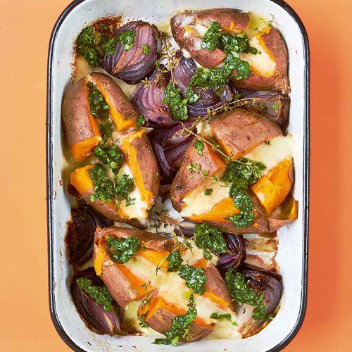 zoete aardappels uit de oven gevuld met taleggio en uien - recept