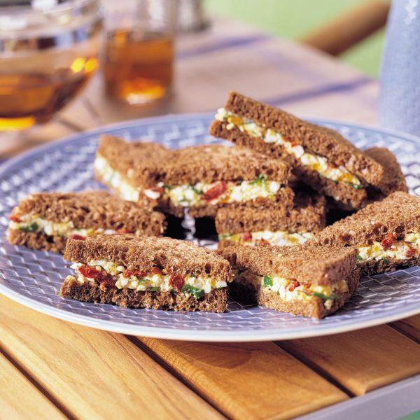 Wonderlijk Mini-sandwiches van volkorenbrood met eiersalade - recept - okoko KU-36