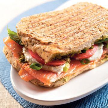 recept panini met gerookte zalm en geitenkaas - recept - okoko recepten